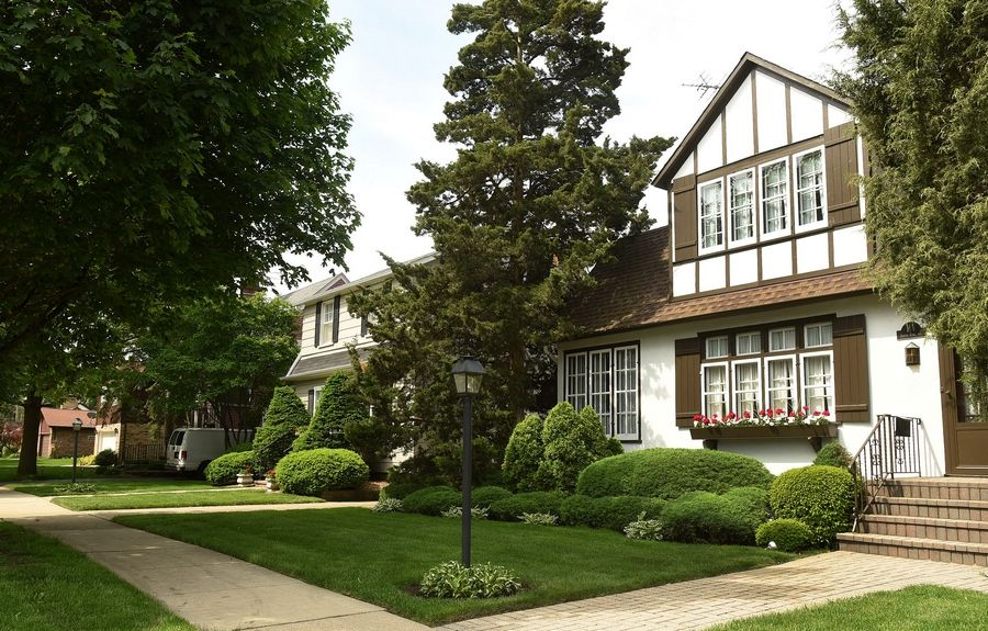 Scarsdale is within walking distance to downtown Arlington Heights.