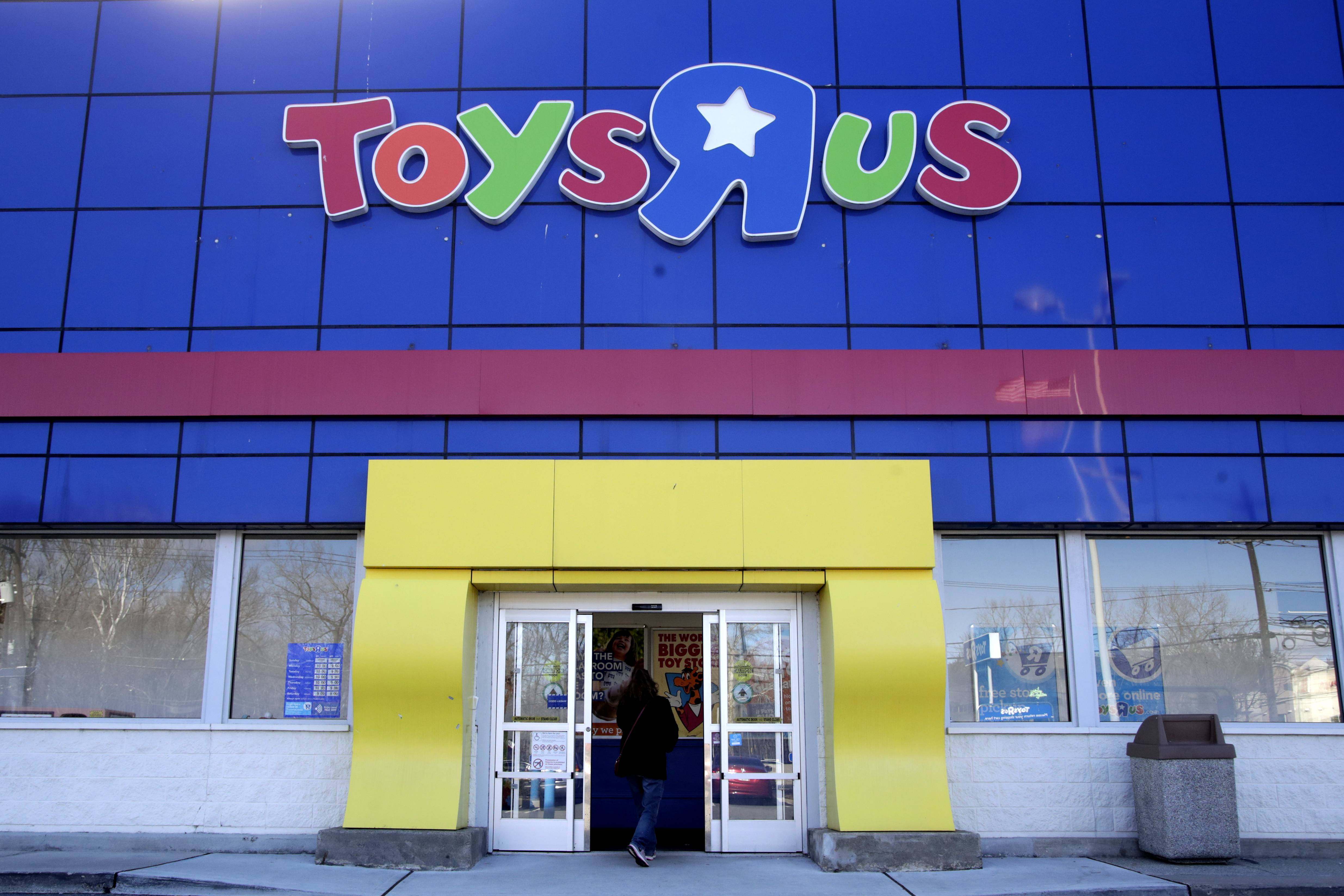 "Amazon.com has looked at the possibility of expanding its retail footprint by acquiring some locations from bankrupt Toys ""R"" Us Inc., according to people with knowledge of the situation."